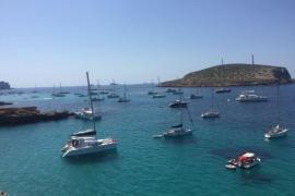 Muere un hombre de 52 años en Ibiza tras lanzarse al mar desde un velero