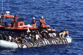 Malta entrega alimentos al 'Lifeline', que continúa sin puerto de acogida y 200 migrantes a bordo