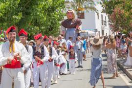 Bailes, orelletes y mucho calor para celebrar la festividad de Sant Joan