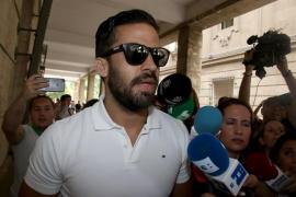 Los cinco miembros de 'La Manada' firman en los juzgados de Sevilla