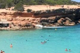 Accidentada asistencia al tripulante de un barco que falleció en Cala Saona por un colapso