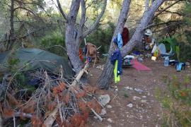Denunciadas nueve personas por acampar de forma ilegal en Cala Nova y Es Canar