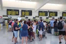 Un centenar de pasajeros, afectados por un retraso de 17 horas en un vuelo entre Menorca y Zaragoza