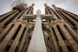 Instalan una cruz maciza de 18 toneladas en la Sagrada Familia