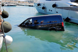 Una furgoneta se precipita al agua y acaba hundida entre dos yates en Marina Botafoch