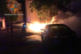 El fuego calcina varios contenedores en Palma afectando a un vehículo y a mobiliario urbano