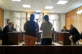 Condenados por atar a su hija a una silla para que les viera practicar sexo