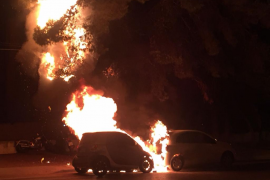 Un incendio arrasa dos coches en Platja d'en Bossa