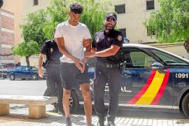 La juez levanta la prohibición de salir de Ibiza al futbolista británico acusado de violación