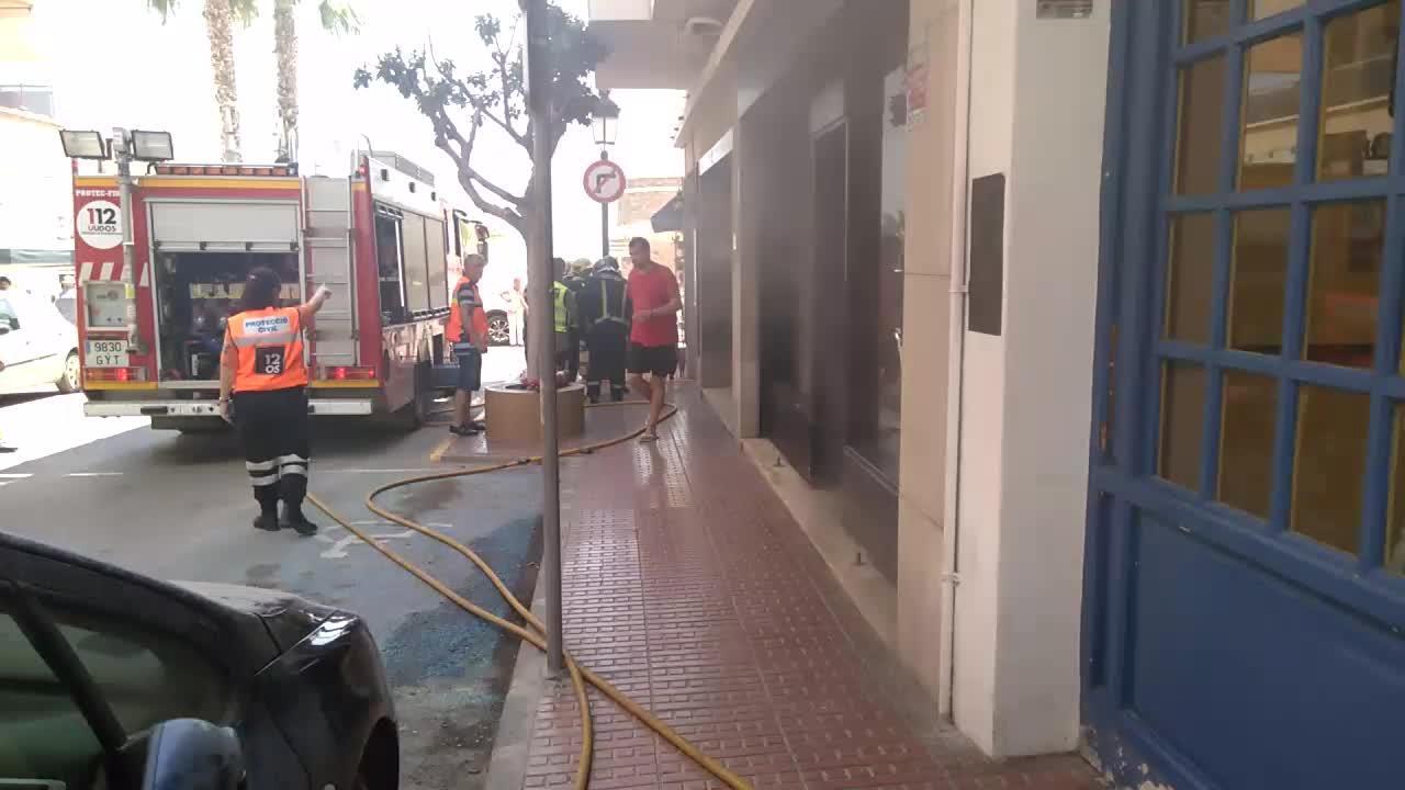 Un incendio generado en la cocina de un bar obliga a evacuar un bloque de pisos y otro local en Santa Eulària