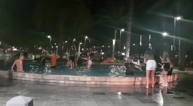 Turistas de Sant Antoni se bañan en la fuente como si fuera una piscina pública