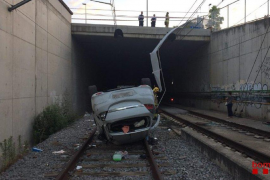 Un coche caído a las vías del tren detiene el tráfico ferroviario en Vic