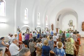 Medio centenar de vecinos acude a su cita anual con la Virgen del Carmen en es Cubells