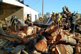 Sobresalto por un incendio declarado en el interior de la serrería de Ca Na Negreta