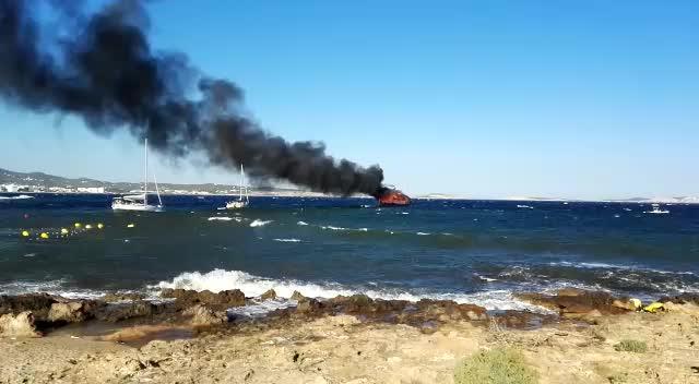 La Guardia Civil investiga el incendio de dos barcos que obligó a cerrar la playa de es Caló des Moro