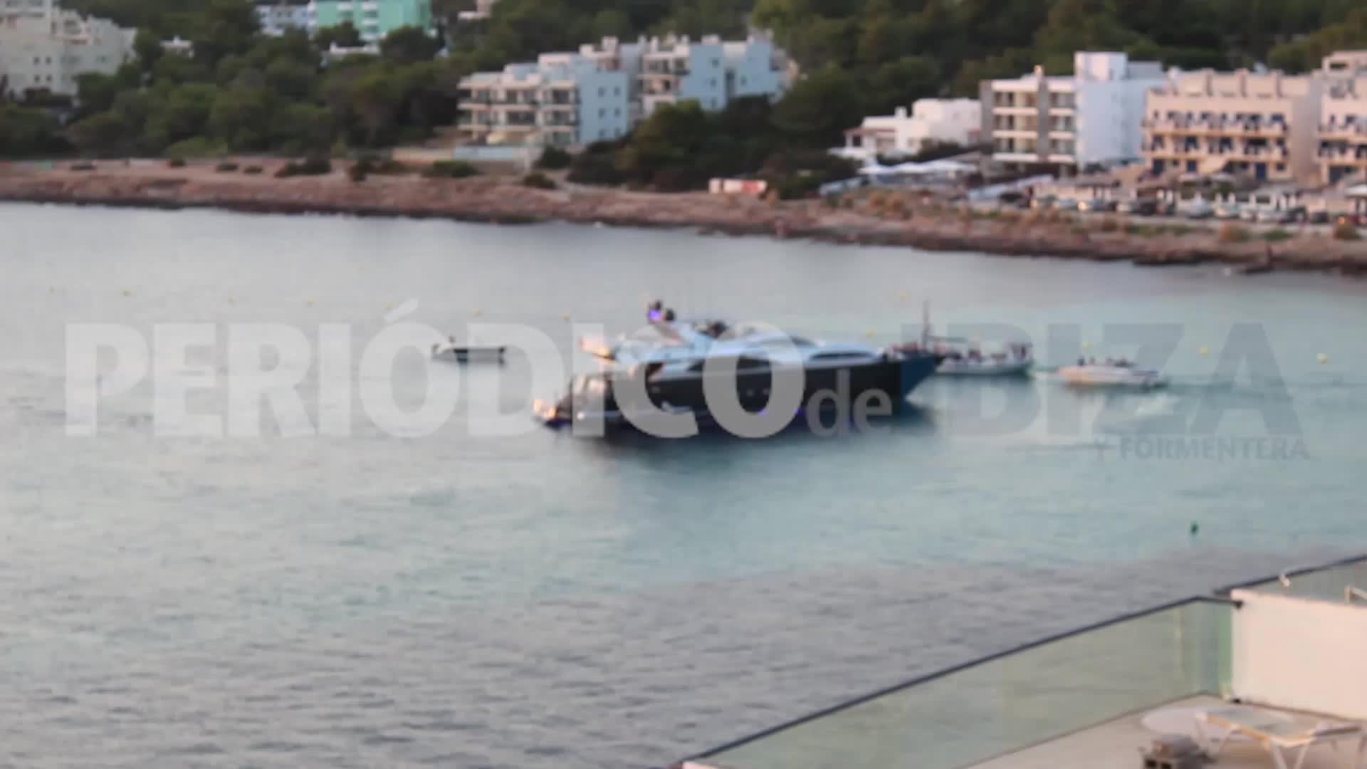 Vídeo | Juerga a bordo de un yate en aguas de Sant Antoni hasta altas horas de la madrugada