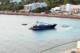 Un yate con una fiesta a bordo mantiene en vela a los vecinos de Caló d'es Moro