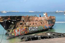 Empiezan los trabajos de vaciado de combustible de los barcos quemados