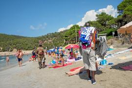 La venta ambulante forma parte de la playa de ses Salines