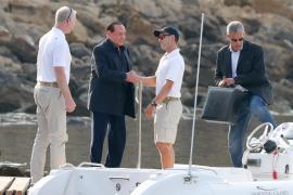 Silvio Berlusconi navega en su yate junto a su joven novia y unos amigos