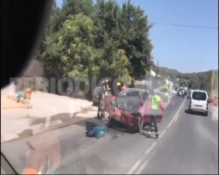 Un coche colisiona contra un autobús en la carretera de Santa Eulària
