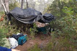 Desmantelado un asentamiento ilegal en la zona boscosa de Cala Nova