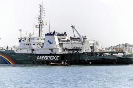 El 'Esperanza' de Greenpeace desembarca en el puerto de Ibiza