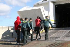 Tres detenidos al ser sorprendidos cuando saqueaban el yate embarrancado en ses Bassetes