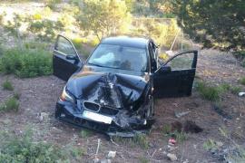 Abandonan su coche accidentado en Sant Josep y huyen campo a través en chanclas
