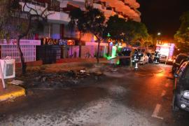 Arden cinco contenedores y tres vehículos en Vila