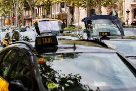 Los 1.500 taxis que ocupan la Gran Via de Barcelona cortan el tráfico en el Paseo de Gracia