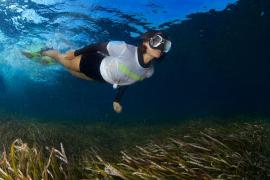 Inma Cuesta ejerce de guardiana de la posidonia a bordo de los botes de Greenpeace