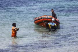 Los trabajos de retirada de los barcos quemados en es Caló des Moro, en imágenes (Fotos: Arguiñe Escandón).