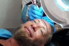 Unos turistas británicos se burlan de un sin techo pagándole para que se tatúe la frente