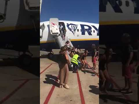 Desalojan un avión del Prat, con destino Ibiza, al incendiarse un dispositivo móvil de un viajero