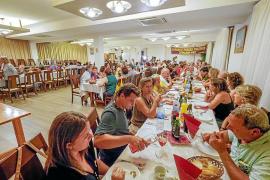 El 'sopar groc' junta a 150 personas para recaudar fondos para los exiliados y políticos presos catalanes
