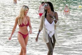 Oriana Marzoli y Liz Emiliano, disfrutan de su amistad en las playas de Ibiza