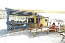El chiringuito de Cala Torta sigue en activo a pesar de finalizar su concesión