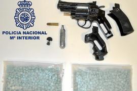Prisión sin fianza por amenazar con una pistola a la clientela de un bar y tener 1.500 éxtasis