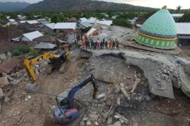 Una fuerte réplica provoca el derrumbe de más edificios en la isla indonesia de Lombok