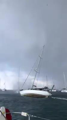 Un 'cap de fibló' irrumpe en Espalmador y casi hace zozobrar a un velero