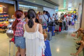Quejas por retrasos y cancelaciones de Vueling en el aeropuerto de Ibiza