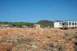 Decenas de caravanas acampan a sus anchas en diferentes puntos de Ibiza