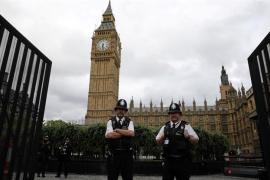 Un coche se estrella contra las barreras del Parlamento británico