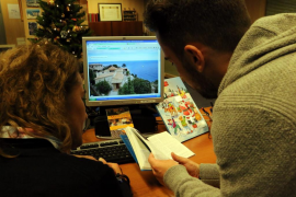 Pareja buscando alquiler turístico por internet