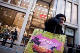 Colas y noches al raso para conseguir los diseños de Versace para H&M