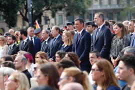 El Rey preside el homenaje a las víctimas tras ser recibido con gritos de apoyo