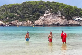 El baño de Artur Mas desafiando la bandera roja en Cala Galdana