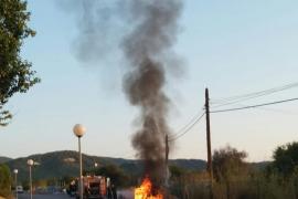 Aparatoso incendio de un coche en Sant Josep
