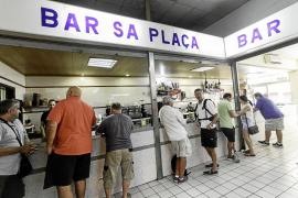 El bar 'Sa Plaça' se prepara para decir adiós a su clientela
